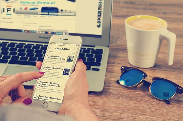 čtení zpráv v mobilu