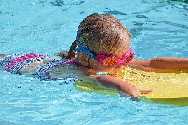holčička s destičkou ve vodě