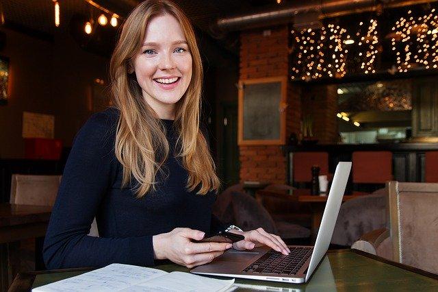Žena s notebookem