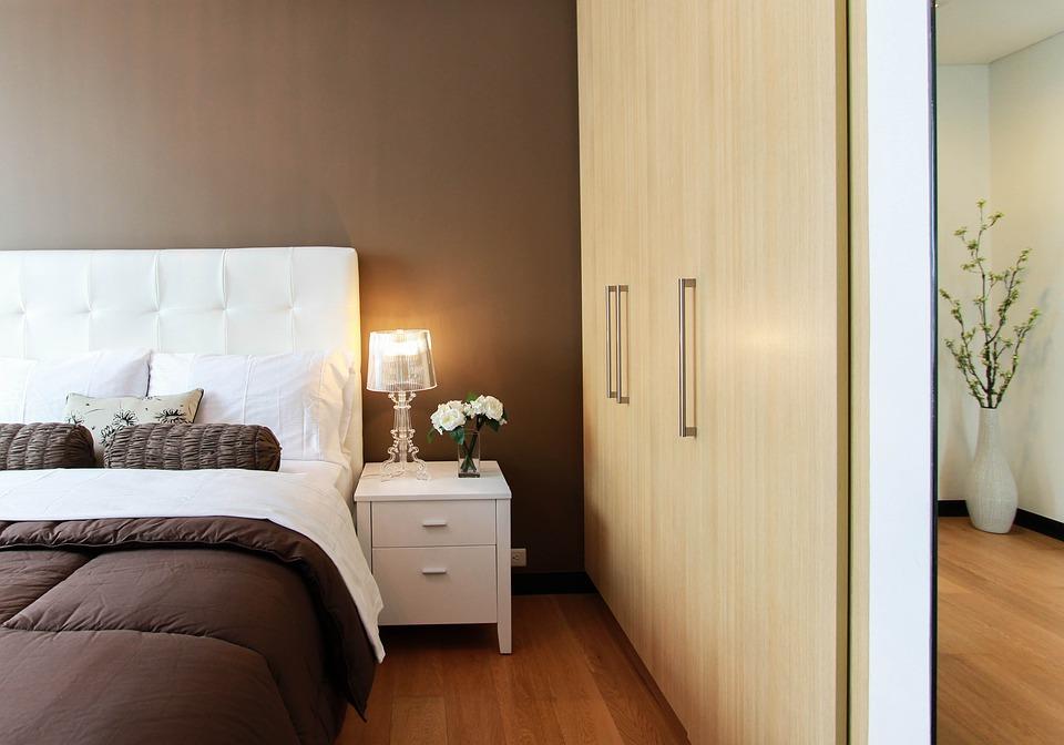 ložnice s postelí a skříní